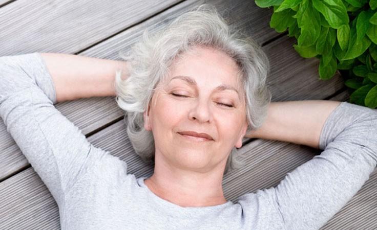 Meditation: Frau entspannt