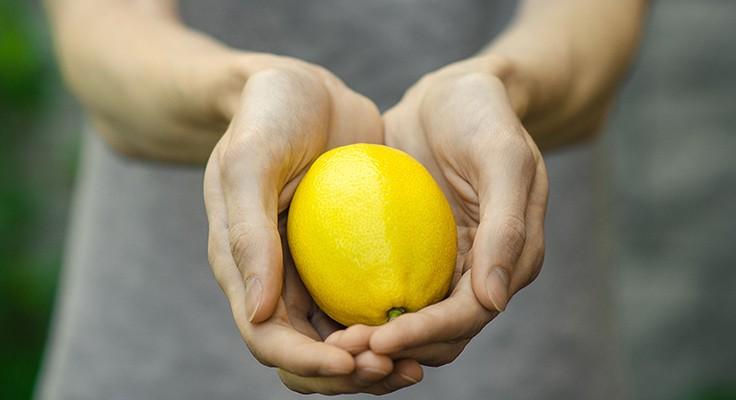 Achtsamkeitstest mit Zitrone